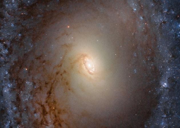 La galassia IC 2051 ripresa dal telescopio spaziale Hubble.