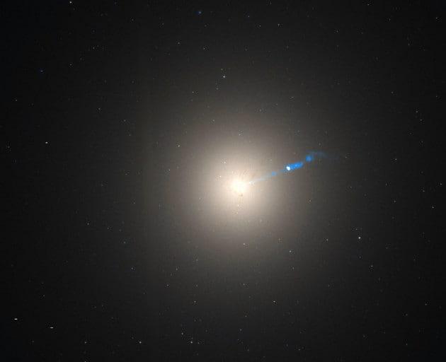 galassia-m87-un-getto-relativistico