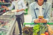 Perché usare lo smartphone al supermercato fa spendere di più?