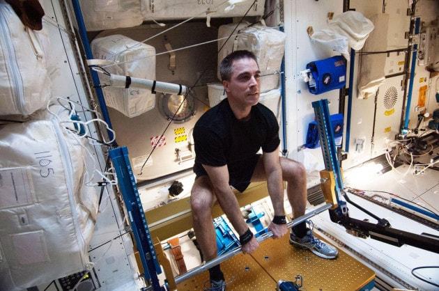 Gli astronauti fanno ginnastica
