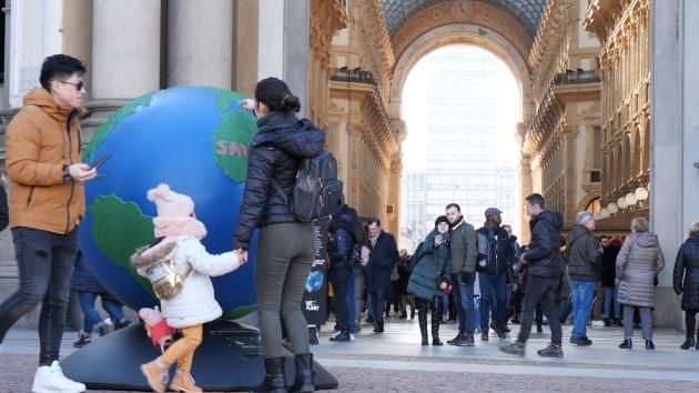 I globi di WePlanet conquistano i luoghi simbolo di Milano