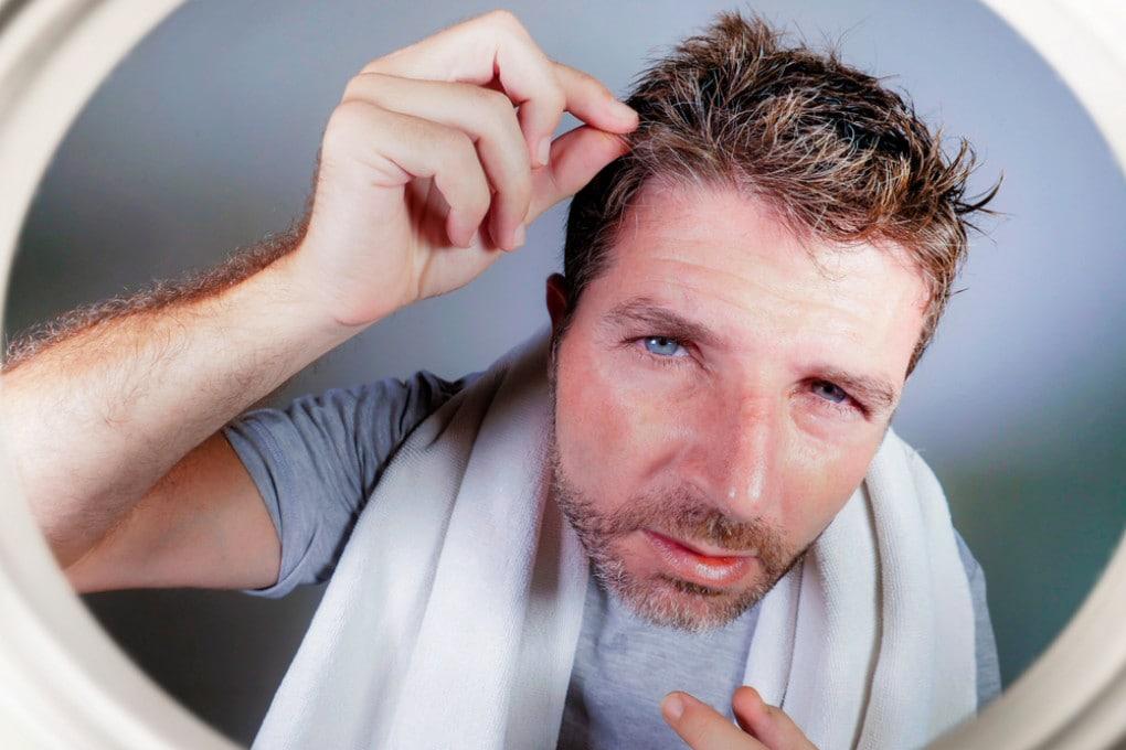 Perché lo stress fa venire i capelli bianchi?