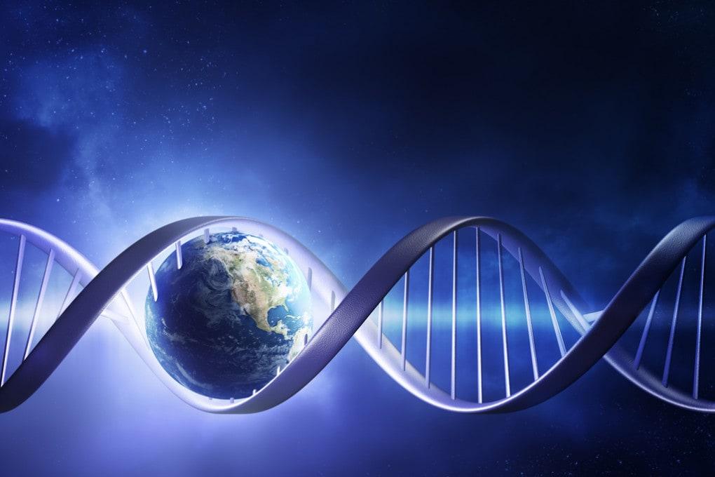 Origine della vita: la Terra all'interno di un filamento di DNA.