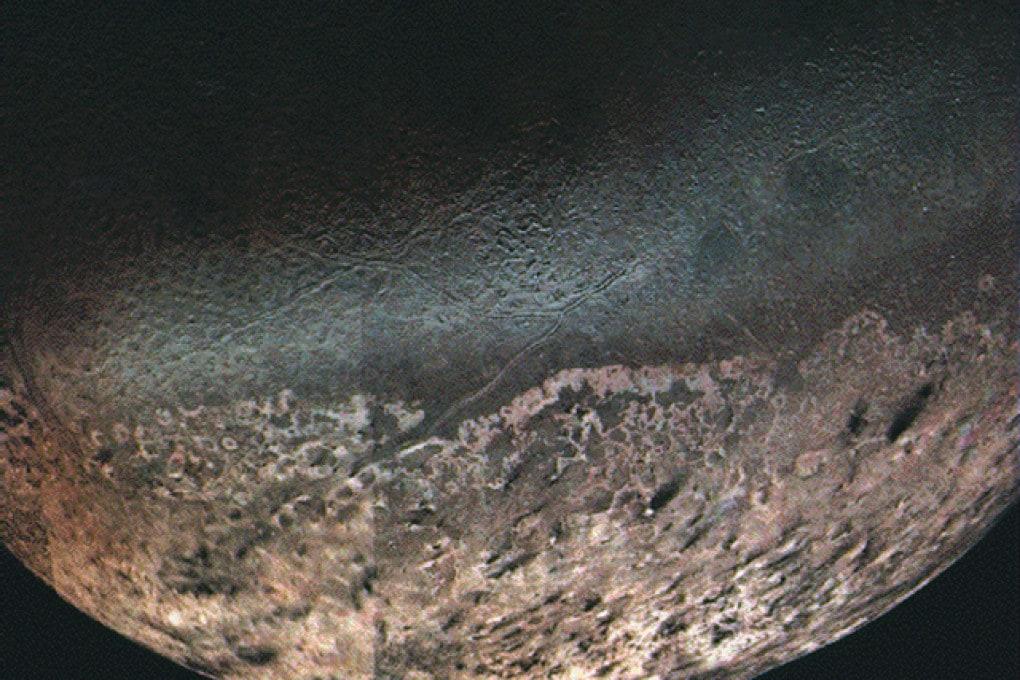 Tritone, la più grande delle lune di Nettuno, vista dalla Voyager 2.