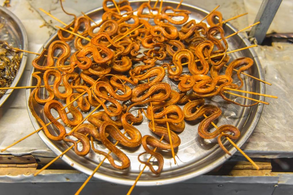 Street food: serpenti in vendita in un mercato cinese.