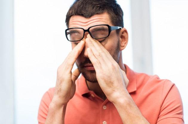Coronavirus: perché è così difficile non toccarsi la faccia (e come fare per ricordarselo)