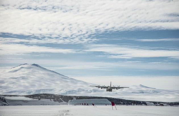 Un C-130 italiano si appoggia sulla sottile striscia di ghiaccio del pack