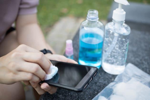 Si può prendere il coronavirus attraverso lo smartphone?