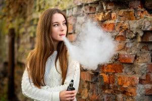 Giovane fuma e-cig