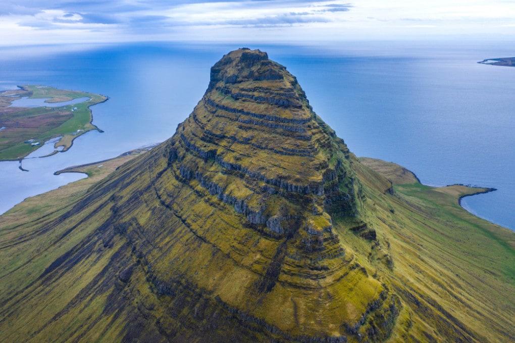 La Kirkjufell mountain, in Islanda.