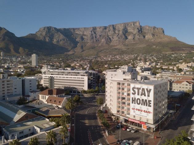 COVID-19 - La pandemia in Sudafrica: l'invito a rimanere a casa scritto sugli edifici di Città del Capo