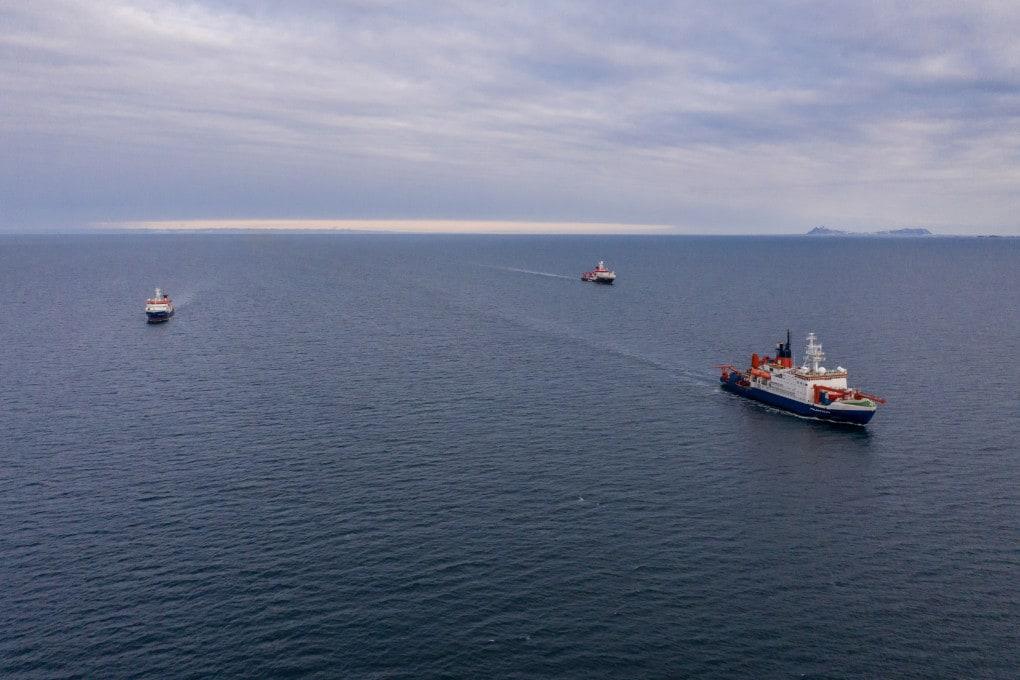 La Polarstern in rotta verso le Svalbard, per effettuare lo scambio di personale e il rifornimento