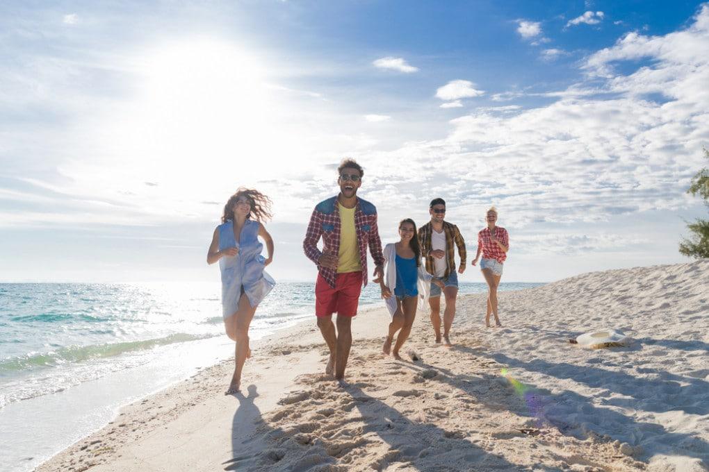 Persone che camminano in spiaggia