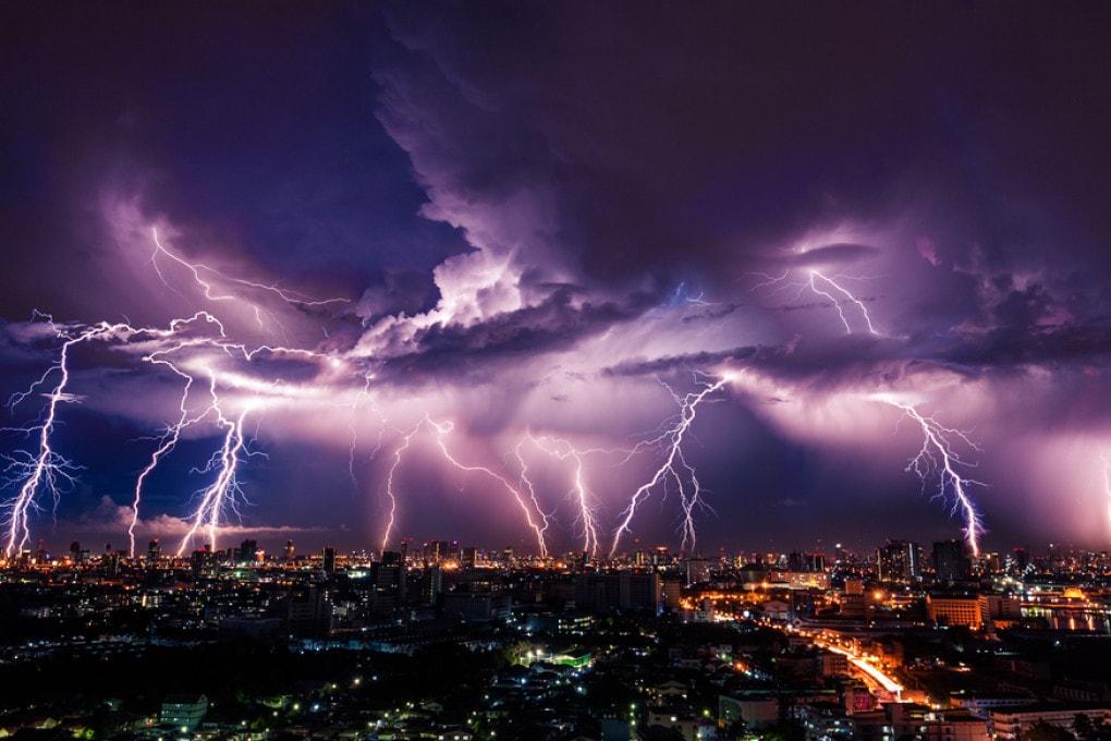 Una tempesta di fulmini.