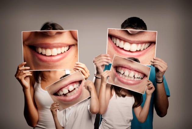 sorrisi dietro alle mascherine. noi adulti e insegnanti incoraggiamo i ragazzi