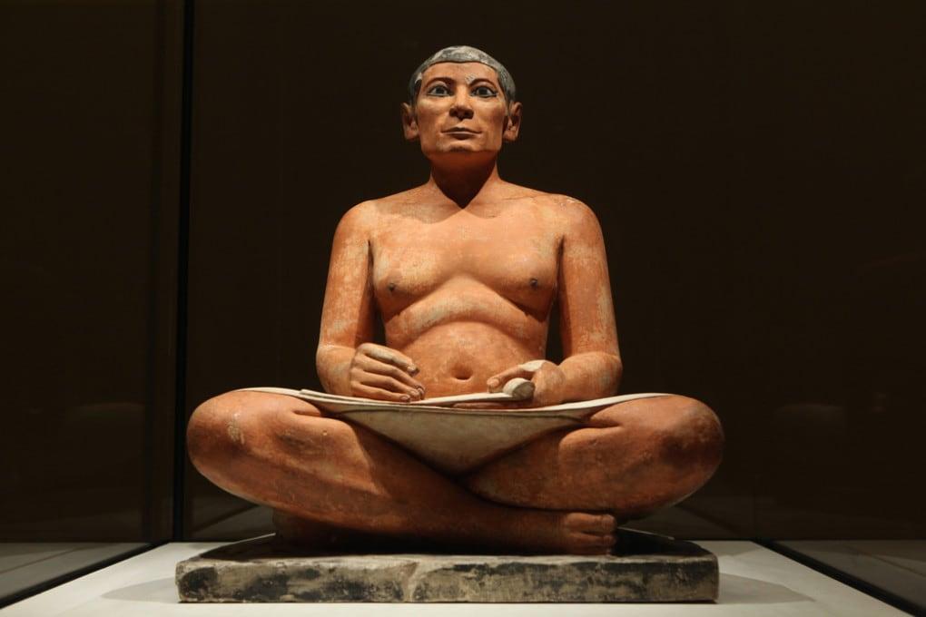 La statua dello Scriba rosso (o Scriba seduto), risalente all'antico Egitto, custodita al  museo del Louvre (Parigi).