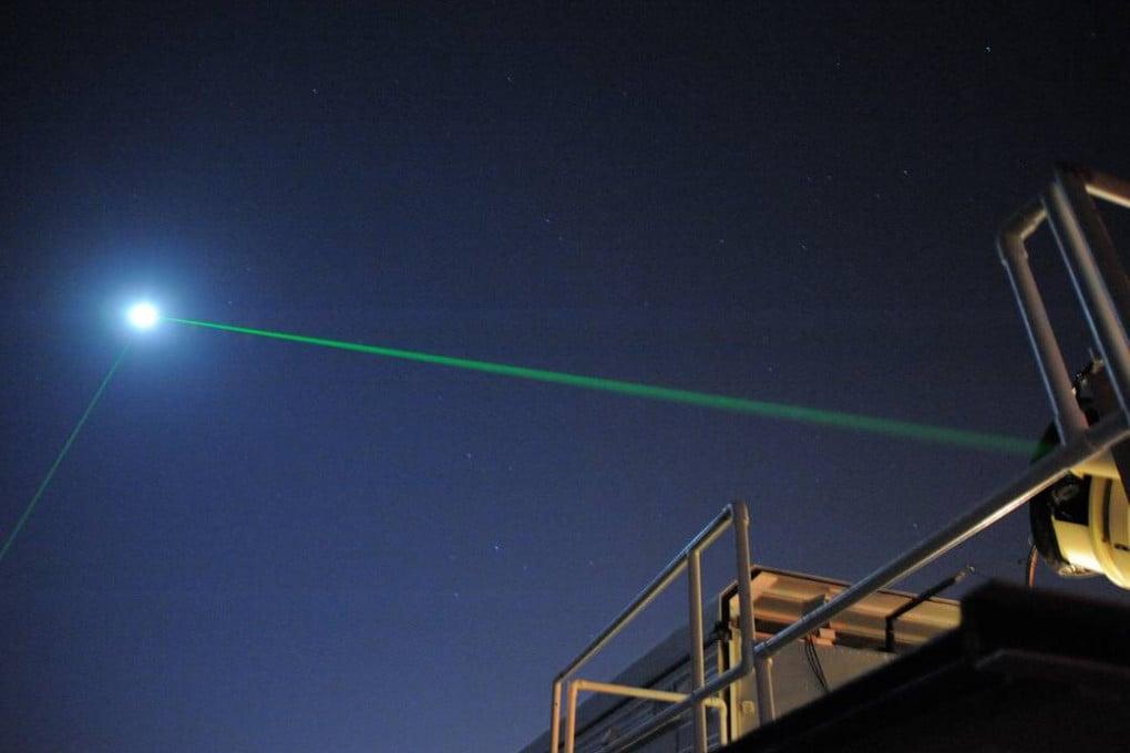 L'invio di un segnale laser in direzione del Lunar Reconnaissance Orbiter della Nasa, in orbita attorno alla Luna.
