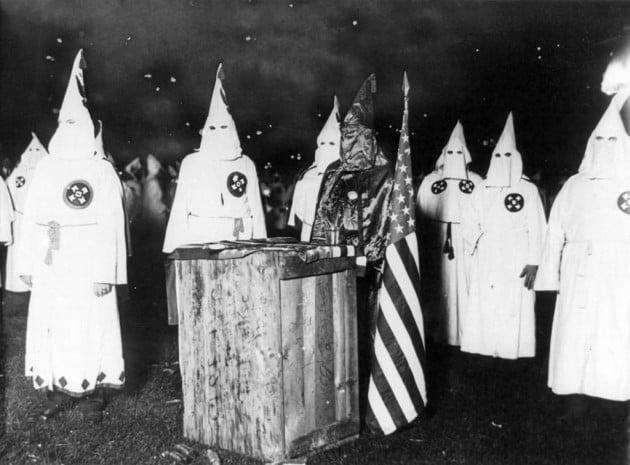 Riunione di membri del Ku Klux Klan a Chicago, Usa, negli anni Venti.