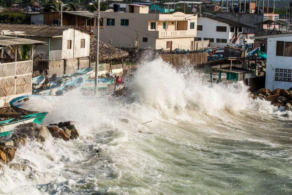 L'effetto combinato di alta marea e innalzamento del livello dei mari sulla costa di San Jacinto, in Ecuador.