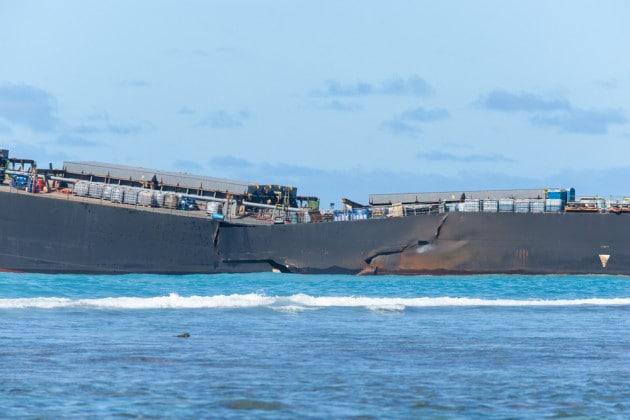 La nave petroliera Wakashia, incagliata sulle rocce della barriera corallina al largo di Mauritius
