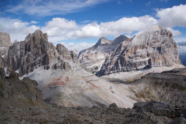 Alla base delle Tofane, nelle Dolomiti centrali, si scorgono i livelli rocciosi rossastri che testimoniano gli eventi legati a un'estinzione di massa.