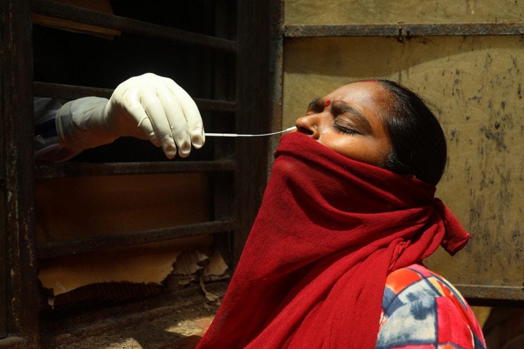 Tamponi per la covid a Nuova Delhi.