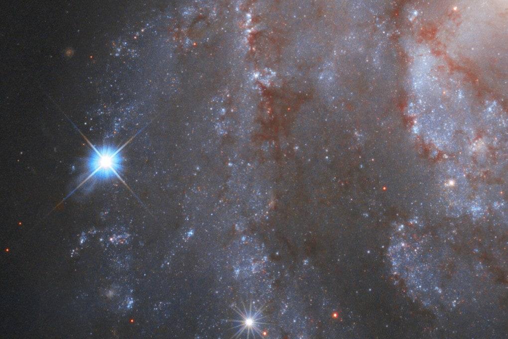 Quel faro a sinistra è la supernova SN2018gv, nella galassia a spirale NGC 2525.