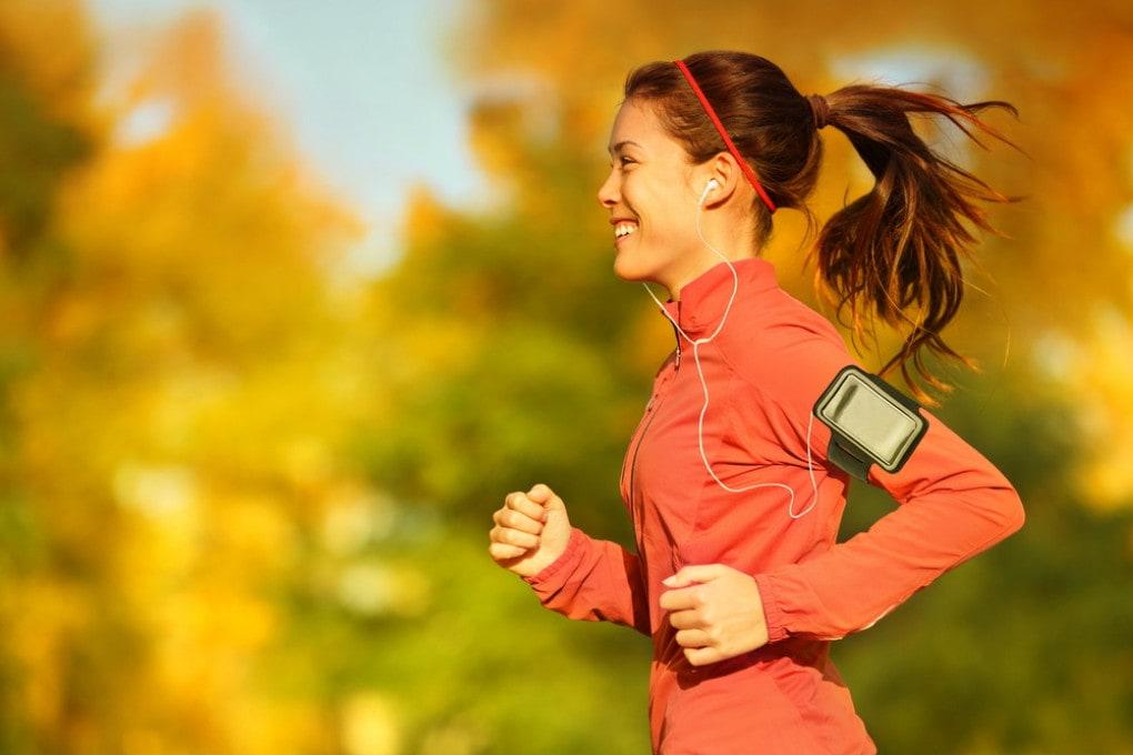 Una ragazza fa jogging