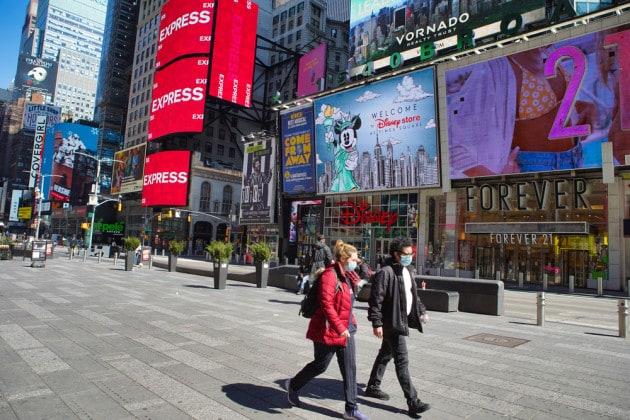 Una coppia americana indossa le mascherine anti covid per strada.