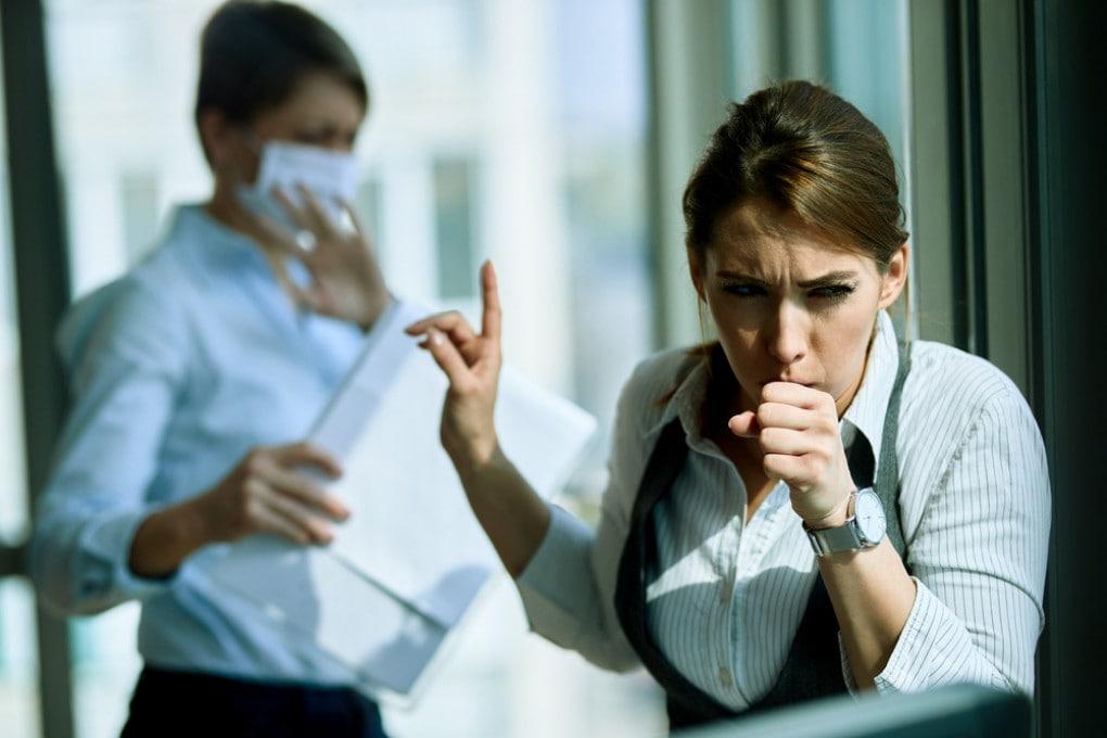 Tossire in era covid è problematico, ma indossare la mascherina fa la differenza.