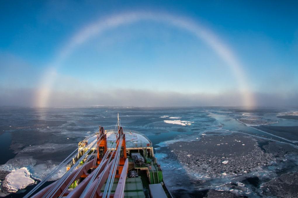 Una nave di ricerca si muove attraverso il ghiaccio marino, nelle acque dell'Artico siberiano.