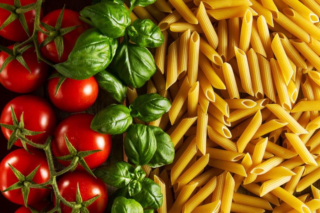 Pasta, pomodori e basilico: cibi belli e sani? Questa volta sì, ma non sempre è così.