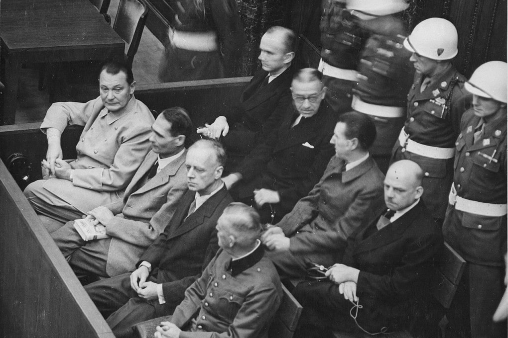 Processo di Norimberga (1945-1946). Al banco degli imputati, in prima fila (da sinistra a destra): Hermann Göring, Rudolf Heß, Joachim von Ribbentrop, Wilhelm Keitel. In seconda fila: Karl Dönitz, Erich Raeder, Baldur von Schirach, Fritz Sauckel.