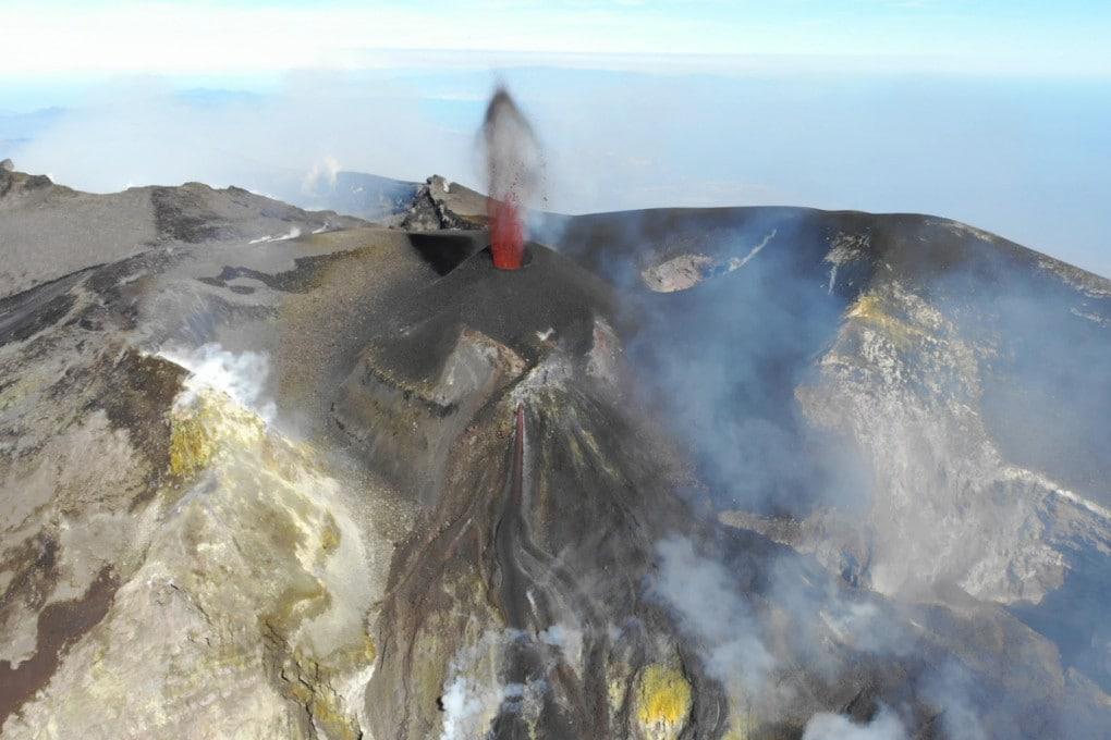 25 Febbraio 2020, 3.200 m di quota circa: attività stromboliana al cono della Voragine dell'Etna.