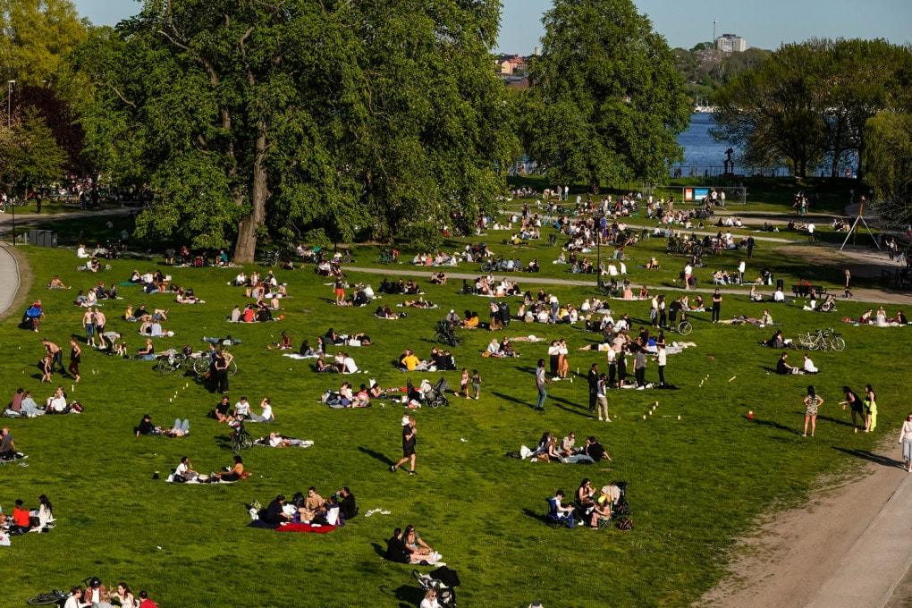 Stoccolma (Svezia), 26 maggio 2020, durante la pandemia: una giornata quasi estiva ha spinto molti ad affollare i parchi cittadini, come Ralambshovspark - e non era neppure domenica!