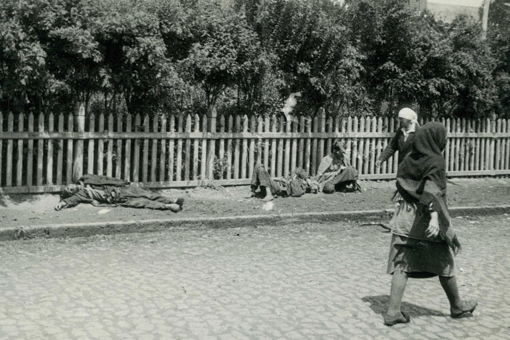 Contadini affamati in una strada a Kharkiv, Ucraina, nel  1933.