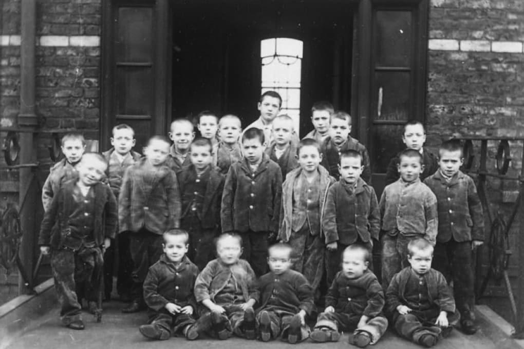 Bambini e ragazzi di una casa lavoro di Londra (1895-1897).