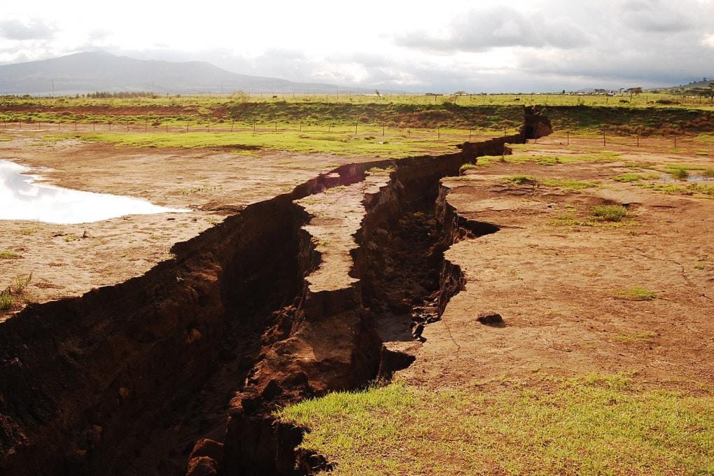 La Great Rift Valley (Grande fossa tettonica) è una frattura geologica che si estende per 6.000 km, qui visibibile in superficie nella Repubblica del Kenia.
