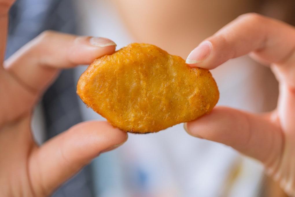 I primi nuggets di carne coltivata di pollo sono sbarcati a Singapore.