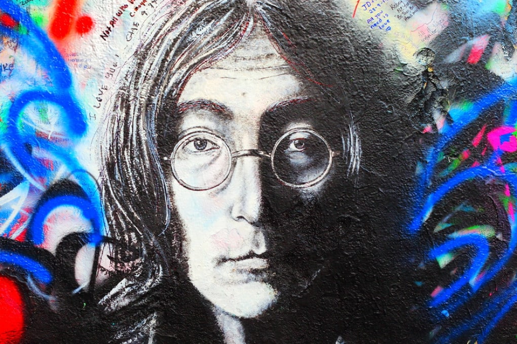 Il Muro di Lennon a Praga, Repubblica Ceca, è pieno di graffiti ispirati alle canzoni di John Lennon e  dei dei Beatles.