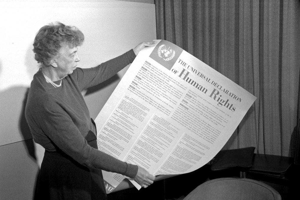 Eleanor Roosevelt mostra un poster con la Dichiarazione Universale dei Diritti Umani.