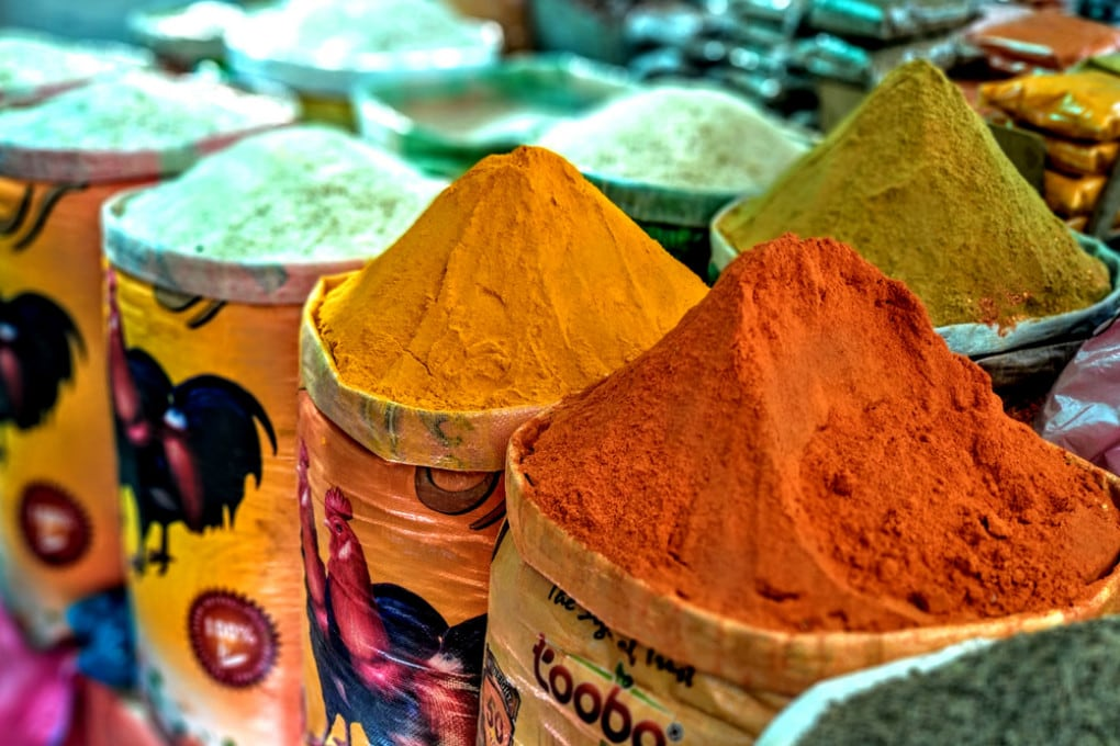 I colori di un tradizionale mercato delle spezie.