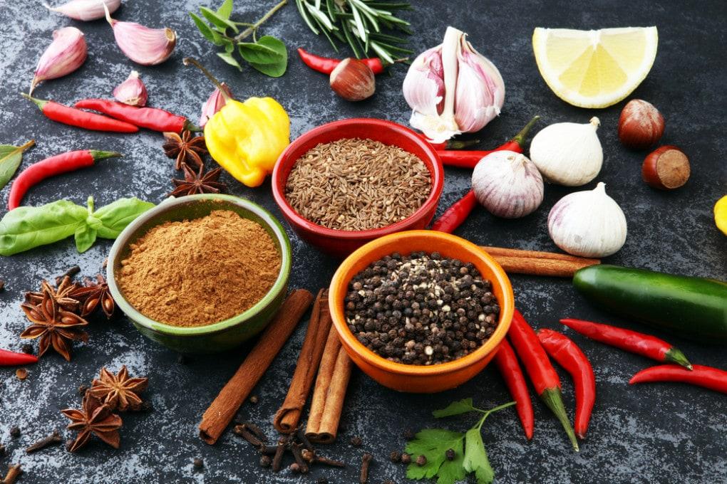 Peperoncino, aglio, limone e basilico sono alimenti che fanno bene al nostro organismo.