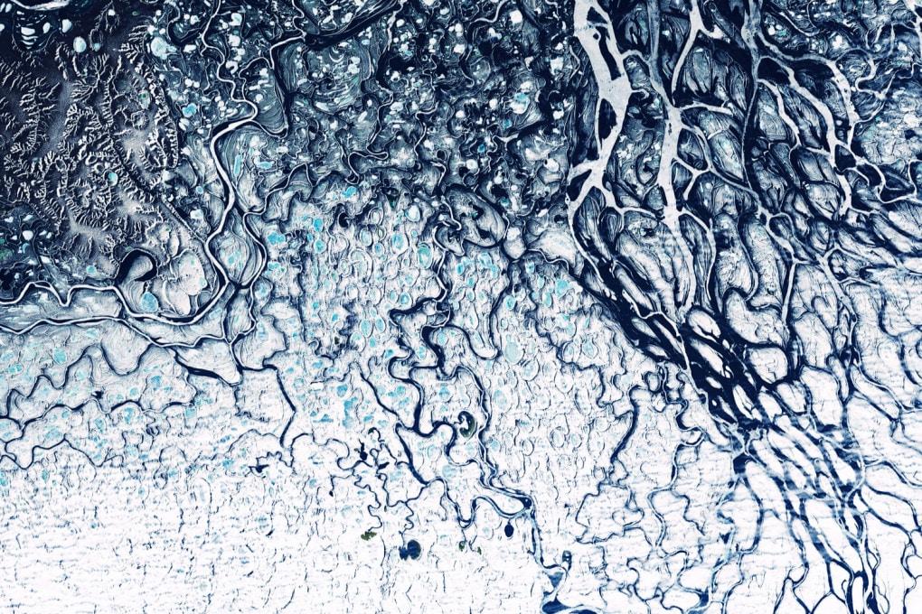 Elaborazione di una fotografia satellitare (NASA) del delta del fiume Lena (Siberia, Russia) e del suo immenso bacino idrologico.