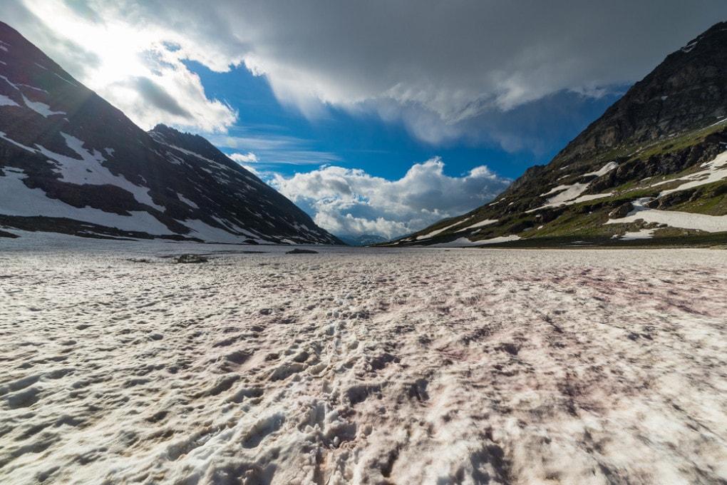 La fusione dei ghiacci alpini: una delle conseguenze più visibili dei cambiamenti climatici in Italia.