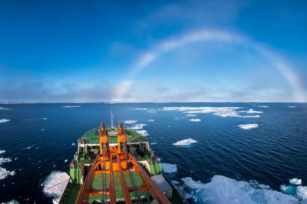 Una nave di ricerca nel Mare della Siberia orientale, all'interno del Mare Glaciale Artico.