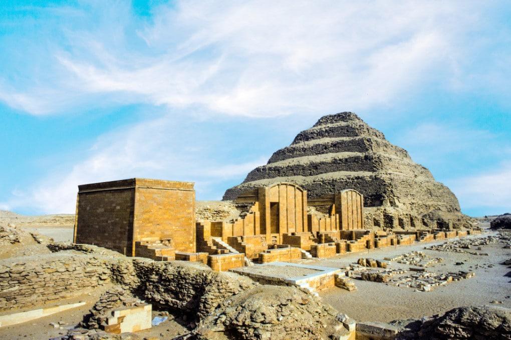 Necropoli di Saqqara, patrimonio dell'UNESCO: sullo sfondo, la piramide di Djoser.