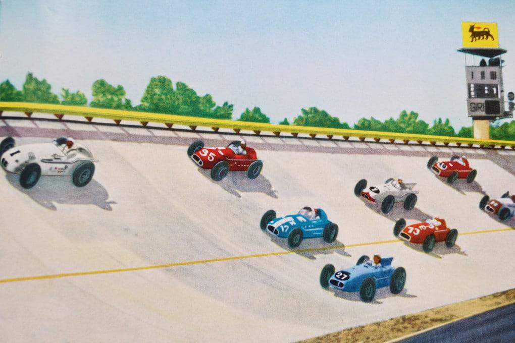 1957, la 500 Miglia di Monza: la griglia di partenza in una fotocartolina ritoccata e ricolorata.