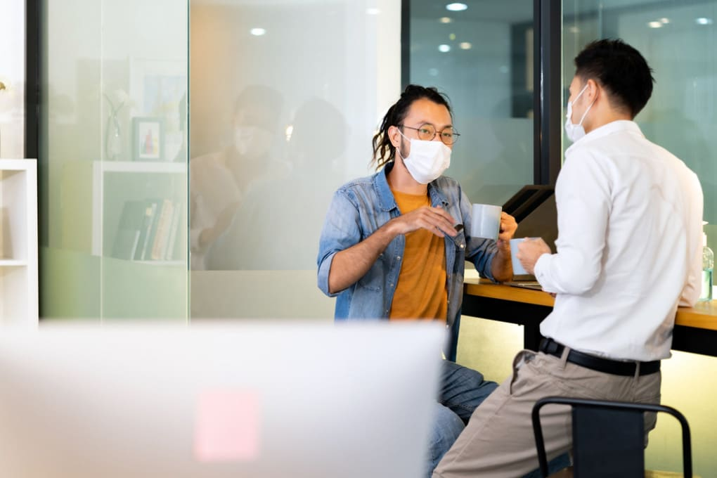Abbassare la mascherina e conversare al chiuso, anche solo per pochi minuti, aumenta il rischio di contagio da covid.