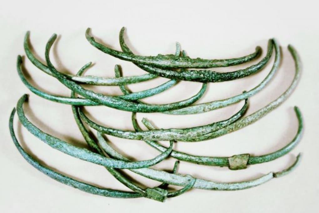 I piccoli archi in bronzo utilizzati come moneta durante l'Antica Età del Bronzo.